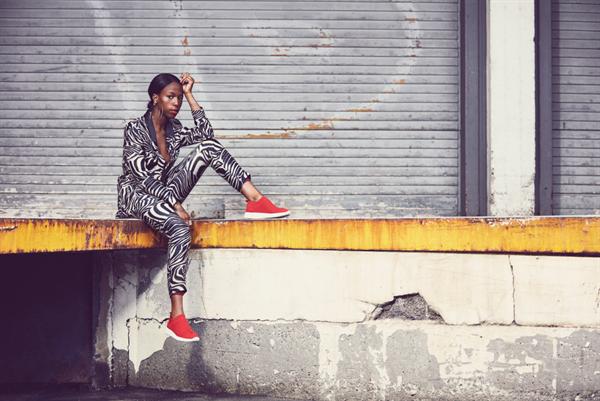 I vår frontar den hyllade och högaktuella artisten Sabina Ddumba Scoretts  vårkampanj för konceptet Sneakers Corner. Den street-inspirerade kampanjen  lyfter ... a2c3b21d03089