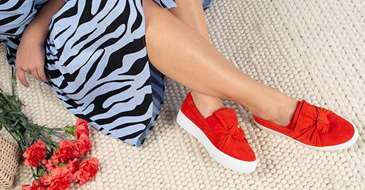 cd861da4d74 Bär låga sneakers till sommarklänningen, höga sneakers till favoritjeansen  och upplev en trend som passar till allt! Du hittar dina nya favoriter hos  oss på ...